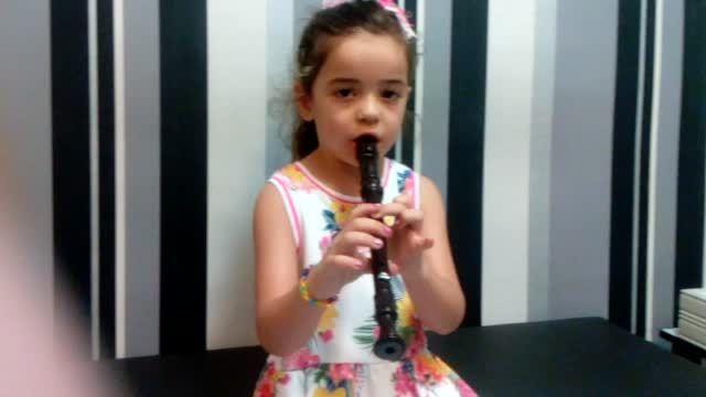 رها یاری هنرجوی 4ساله ی آموزشگاه موسیقی رادمهر