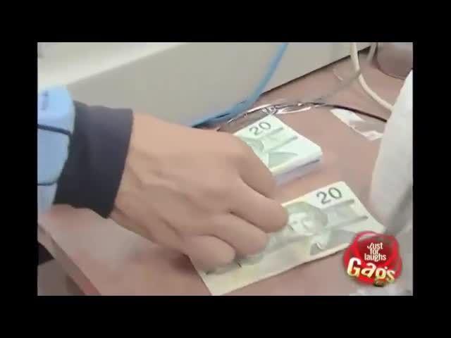 دوربین مخفی خنده دار پاره کردن پول مردم-Motefavetha.com