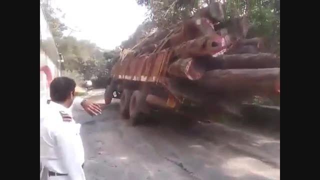 سقوط یه کامیون به داخل دره