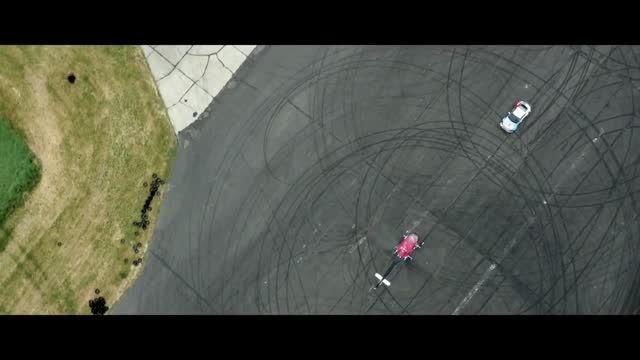 حرکات نمایشی و دریفت  ماشین اسپرت در مقابل هلیکوپتر