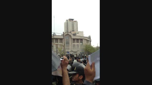 جدیدترین تصاویر تجمع مردم مقابل سفارت کثیف عربستان