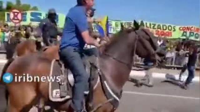 رئیس جمهور برزیل سوار بر اسب در جمع معترضان