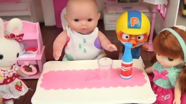 کارتون عروسک بازی دختر کوچولو - شستن مواد غذایی و آشپزخانه خرگوش کوچولو