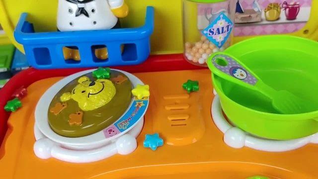 کارتون عروسک بازی دختر کوچولو -  آشپزی غذاهای کارتونی و تخم مرغ شانسی