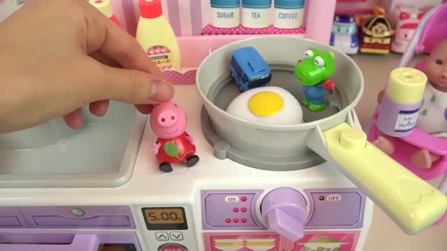 کارتون عروسک بازی دختر کوچولو - چیدن مواد غذایی در یخچال کودک
