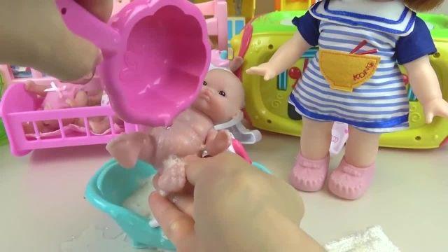 کارتون عروسک بازی دختر کوچولو - معاینه عروسک کوچولوها در دکتر