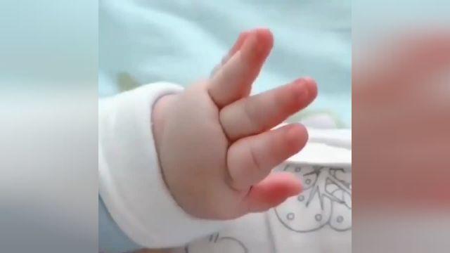 ویدیو بسیار دیدنی دست نوزاد تازه به دنیا آمده !