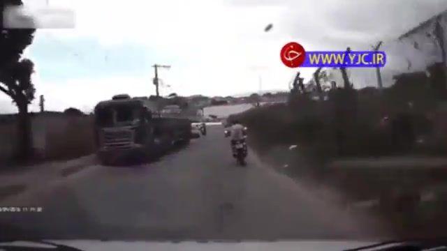 تصادف موتورسوار در حین فرار از دست پلیس و متوقف شدن آن