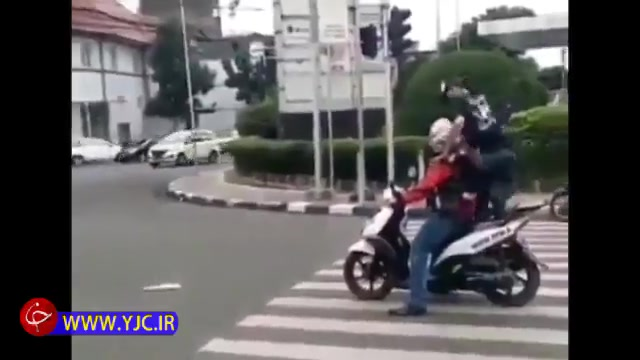 تذکر عابر پیاده به موتور سوار خطاکار با عبور از روی موتور