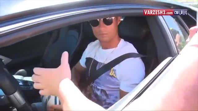 امضا گرفتن هواداران از رونالدو در ماشین