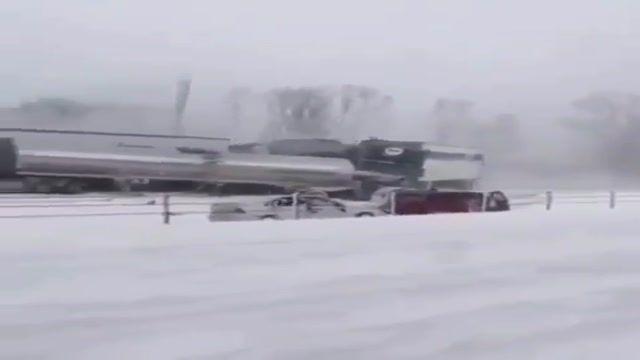 تصادف زنجیره ای خودرو و کامیون ها در جاده برفی