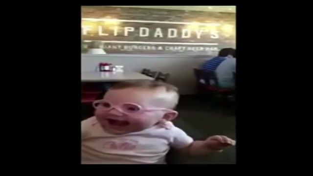 عکس العمل کودکی با چشمان ضعیف بعد از دیدن با عینک