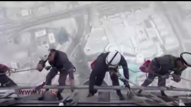 شستشوی شیشههای برج خلیفه دبی شغلی سخت تر از کار معدن
