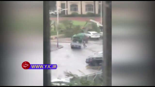 رویارویی با مرگ مردی برای حفاظت از خودرو اش در برابر طوفان شدید