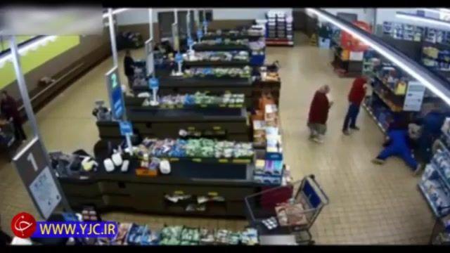 دستگیری و تحویل سارق فروشگاه به پلیس توسط مشتری!