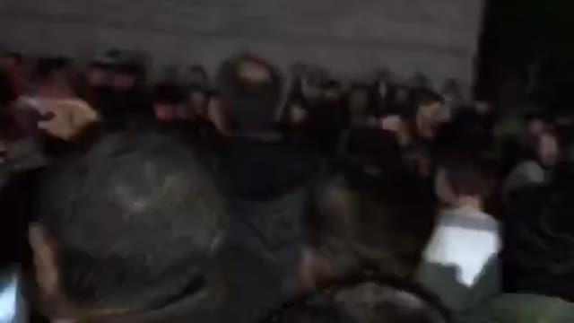 استقبال پرشور مردم خونگرم بوشهر از دکتر احمدی نژاد در برابر سالن ایرانیان 7دی96