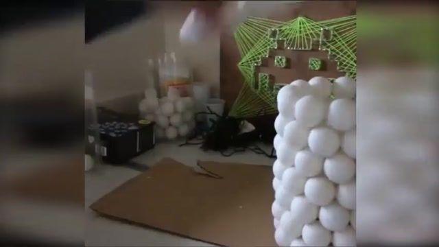 آموزش ترفندی برای درست کردن چراغ تزیینی با استفاده از توپ پینگ پونگ و ریسه