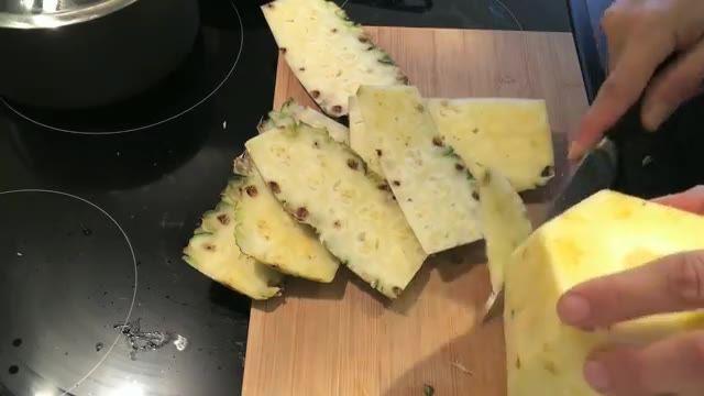 How To Peel And Cut a PineApple - آموزش پوست کندن آناناس در سه سوت