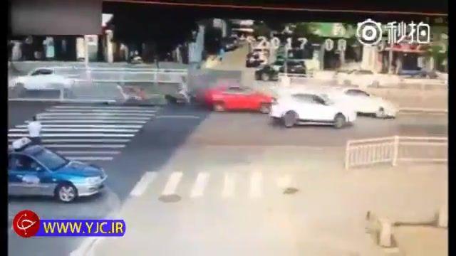 تصادف وحشتناک یک خودرو با عابران پیاده به خاطر سرعت بالا و مهارت ناکافی راننده