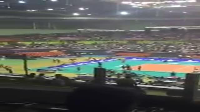 حال و هوای سالن آزادی یک ساعت پیش از شروع مسابقه والیبال ایران و بلژیک
