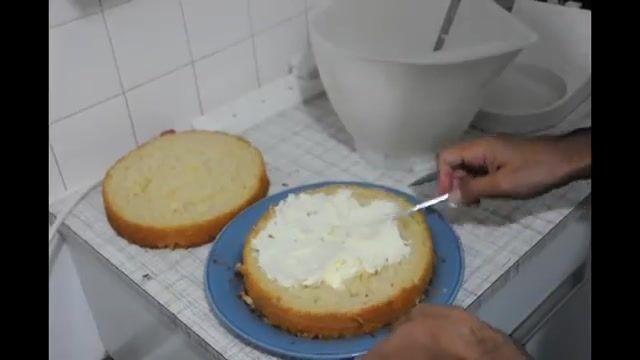 آموزش پختن کیک در 15 دقیقه و تزیین با میوه و خامه