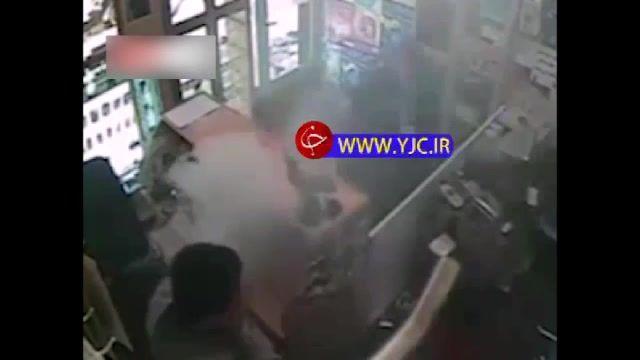 لحظه انفجار باتری تلفن حین تعمیر در یک مغازه