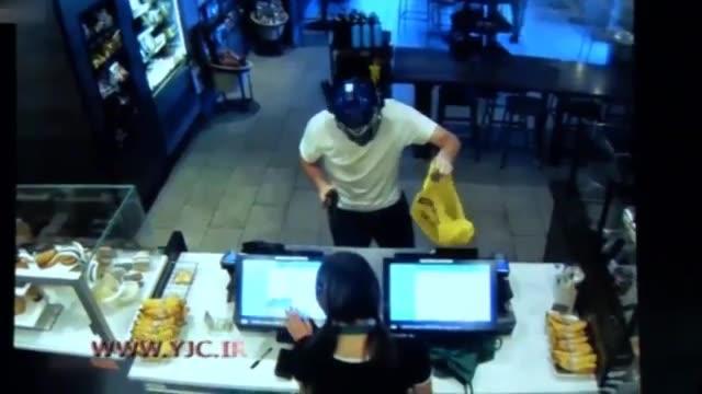 حمله شجاعانه مشتری به سارق مسلح و تسلیم شدن آن در رستوران