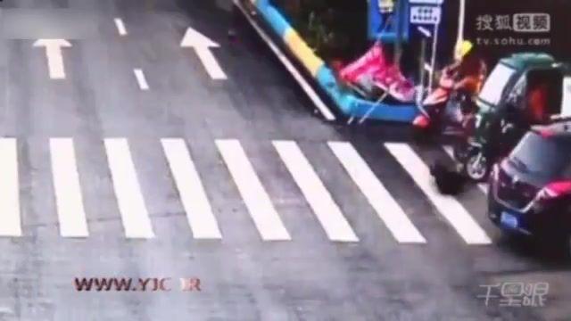 برخورد موتورسیکلت با سرعت زیاد به خودروی شاسی بلند در تقاطع