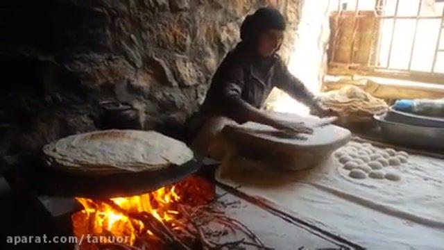 پخت نان محلی توسط زن بختیاری