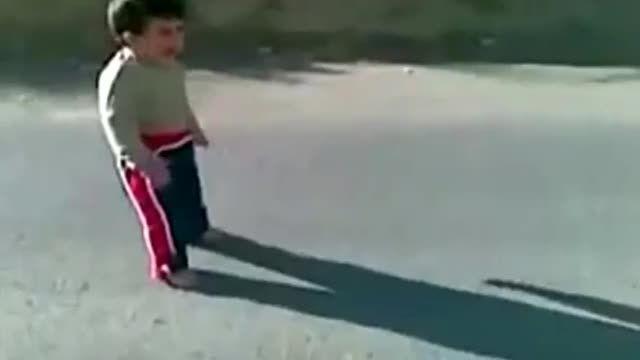 اشکنان دروبین ترسیدن یک بجه از سایه اش hidden camera