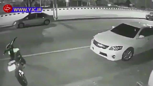 تصادف شدید موتورسیکلت با سرنشین در حال پیاده شدن از خودرو