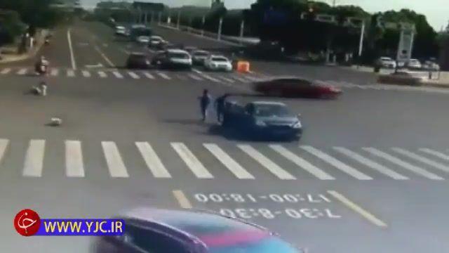 عبور موتورسوار از چراغ قرمز و تصادف شدید با خودرو