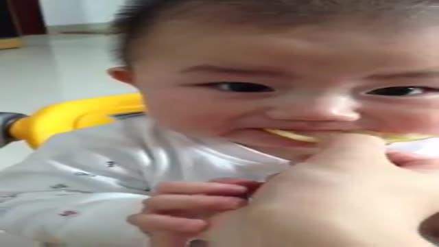 عکس العمل جالب بچه بعد از خوردن لیمو
