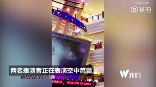 سقوط دردناک دختر ژیمناست کار حین اجرای نمایش در مرکز تجاری