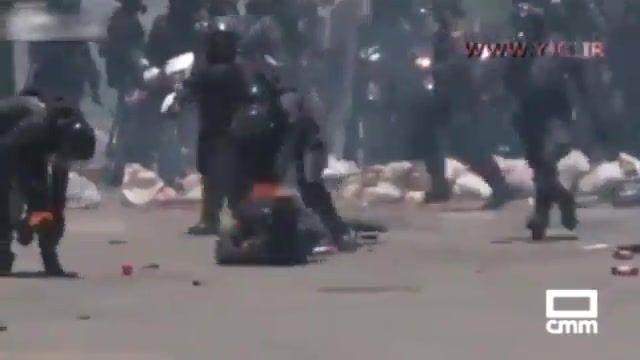 درگیری مخالفان دولت مادورو با پلیس و آتش گرفتن نیروهای پلیس ونزویلا