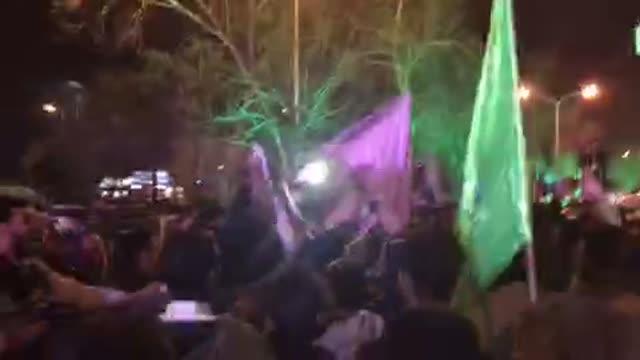 استقبال پرشور مردم در مشهد از دکتر احمدی نژاد / دسته گل محمدی ، به شهر ما خوش آم