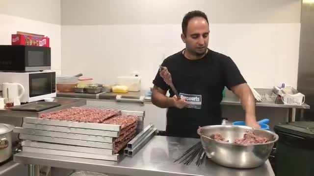 Kebab on thin skewers(Persian cooking course)  طرز سیخ کردن کباب کوبیدهً با سیخ نازک     جواد جوادی