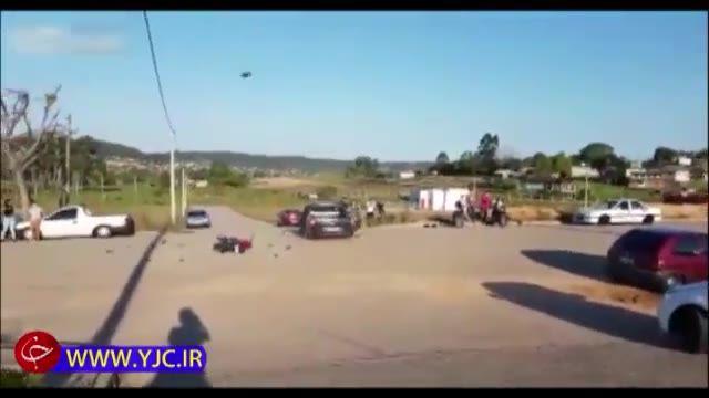 جراحت شدید موتورسوار حین انجام حرکات نمایشی و تصادف با خودروی سواری