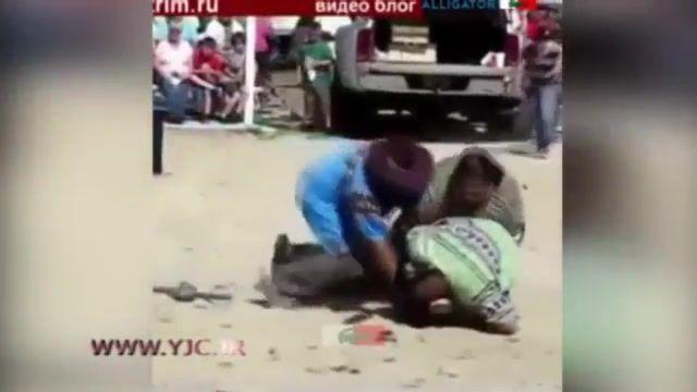 حمله تمساح به انسان در حین اجرای نمایش