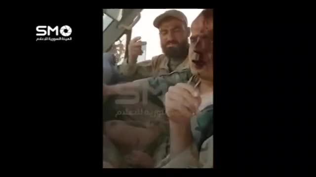 لحظات اولیه اسارت خلبان جنگنده سوری توسط تروریست ها