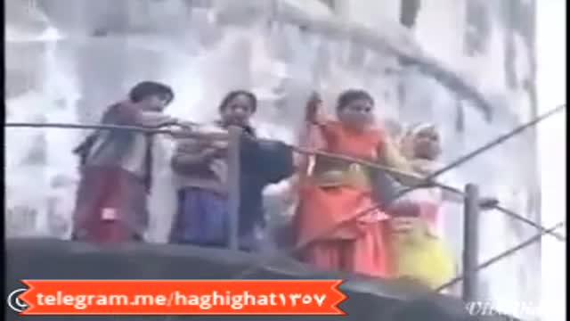 حادثه عجیب :چادر زن محجبه ای را در هند برای تمسخر آتش زدند؛ خودشان هم آتش گرفتند