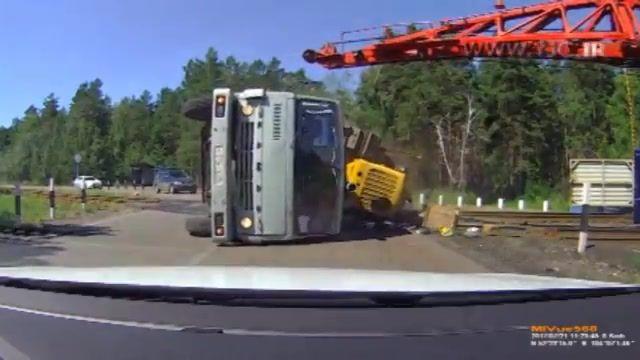 واژگونی کامیون در اثر اثابت به بخش انتهایی قطار در روسیه