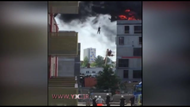 آتش سوزی گسترده ساختمان بلند در شهری از دانمارک و موفقیت در نجات مردی از میان شعله ها