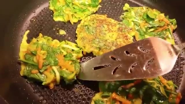 طرز تهیه املت سبزیجات با تعداد کم تخم مرغ