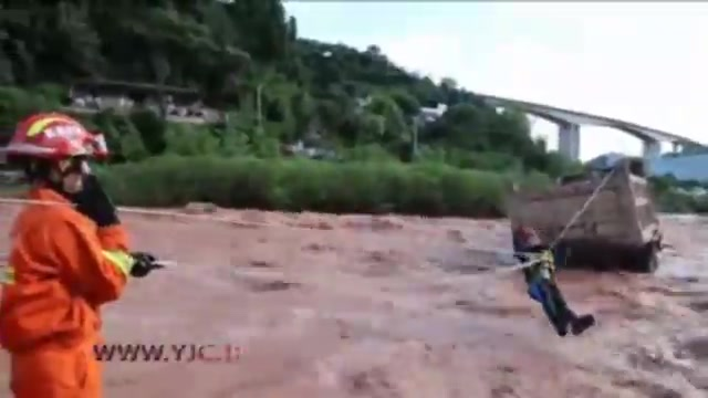 نجات راننده کامیون گرفتار شده در سیل توسط امدادگران