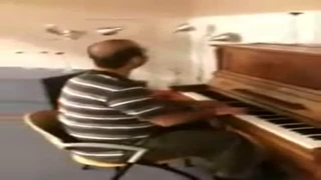 اهنگی زیبا با اجرای پیانیست نابینا ایرانی