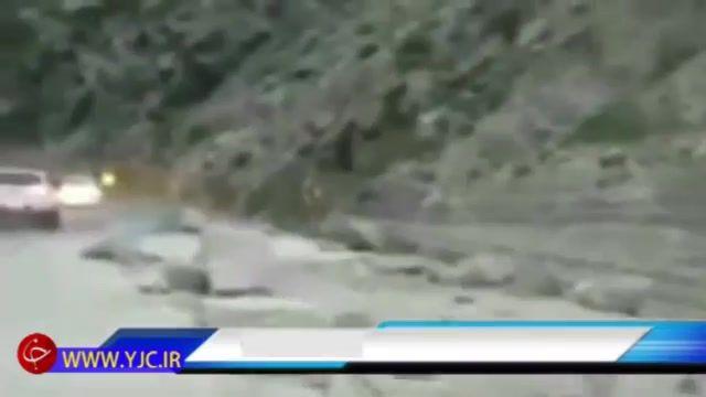ریزش سنگ از کوه در جاده هراز روی پورشه میلیاردی