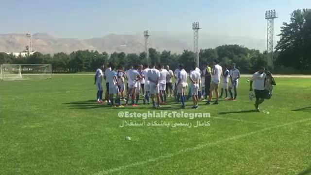علیرضا منصوریان و بازیکنان استقلال پیش شروع تمرین روز خبرنگار را به حاضران در تمرین تبریک گفتند