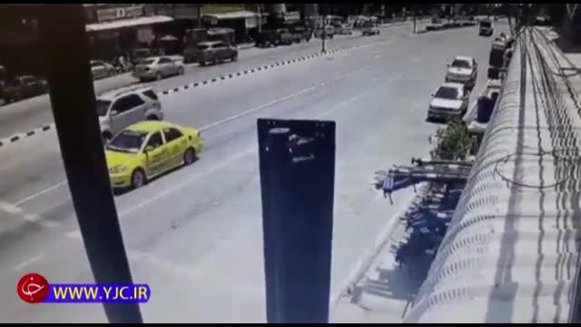 تصادف شدید کامیون با یک تاکسی در چهارراه