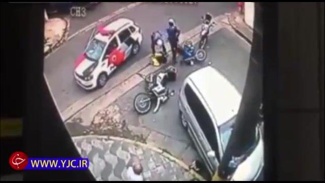 تصادف شدید دزد موتورسوار با خودرو در حین فرار از دست پلیس